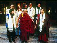Dharamasala (India): il nostro blogger, Fausto Pirìto, con il Dalai Lama.  A destra, il monaco Massimo Stordi (presidente della Associazione Sangha onlus di Pomaia).  Dietro, i Nomadi nella formazione del 1995 (manca Daniele Campani,  tornato precipitosamente in Italia per assistere il padre, gravemente ammalato).
