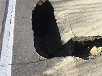 Il buco in via Fanelli prima che crollasse anche un'altra parte di asfalto (foto da fb Matteo Fanelli)
