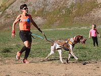 Sara e Birra durante una corsa di canicross