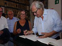 Vittorio Sgarbi in visita all'archivio storico di Portoferraio