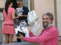 """Fausto Pirìto nella villa di Bocelli a Forte dei Marmi: in primo piano, la copertina  del ricco volume biografico del tenore, curato dall'architetto  Alberto Bartalini e offerto in omaggio, con dedica autografa, al nostro """"blogger"""" ."""