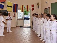 Giuseppe Tarzia con il personale della Guardia costiera elbana