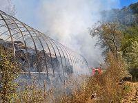 Le rotoballe in fiamme a Semproniano e i pompieri al lavoro