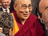 """Ottobre 2016 - Milano: il più recente """"incontro ravvicinato"""" del nostro blogger (di spalle) con Tenzin Gyatso"""
