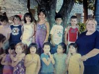 Una immagine della maestra con alcuni bambini