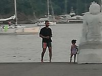 John Legend sul molo di Porto Azzurro con la figlia (foto di Andrea Prosperi)