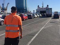 Le auto in fila all'imbarco