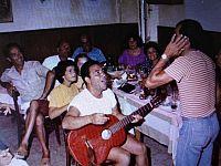 Renzo Presti mentre suona e canta in un'immagine di diversi anni fa