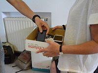 La consegna degli smartphone (Foto Mirko Melai)