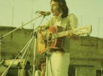 """Claudio Rocchi in concerto  a Padova (1970):  alle sue spalle si intravede,  sulla sinistra, Franco Battiato in versione """"capellone"""""""
