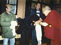 Giugno 1995 - Bologna: il Dalai Lama riceve Lucio Dalla (accompagnato da Fausto Pirìto)