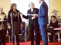 Graziella Petucco con la presidente Franca Rosso di Confcommercio Elba durante la premiazione
