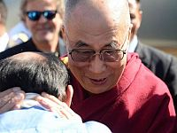 Il Dalai Lama abbraccia Enrico Rossi a Pomaia (10 giugno 2014)