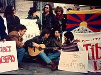 Milano, 1992: Cristiano De André (con la chitarra), Massimo Bubola (alla sua sinistra, guardando la foto) & C.  durante il sit-in di protesta organizzato dalla Associazione Italia-Tibet sotto gli uffici del Consolato cinese