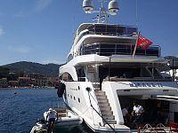Lo yacht Mirage IV a Porto Azzurro