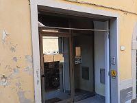 L'ingresso della filiale di Lari, ormai chiusa