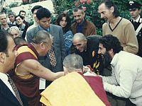 Firenze, 1999: con Giovanni Lindo Ferretti e Gigi Cavalli Cocchi dei CSI durante  la consegna al Dalai Lama della prima maglietta della Nazionale dei tibetani in esilio