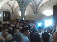 La folla presente a Palazzo Gambacorti per festeggiare il neosindaco