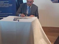 Claudio De Santi durante la firma