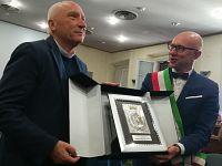 Alessio Spinelli consegna il Leone Rampante a don Cristiani
