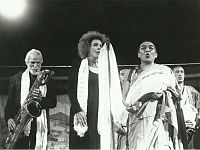 Milano, 1995: Gerry Mulligan, Ornella Vanoni, il Ven. Thamthog Rinpoche  e il Coro dei monaci di Sera Je (India) durante il concerto al Teatro Nazionale
