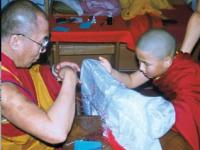 Gomo Tulku bambino con il Dalai Lama