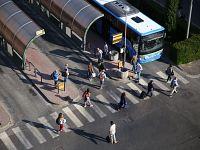 I pendolari del treno alla stazione dei bus