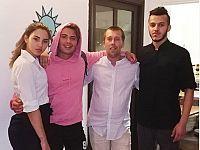 Federico Rossi con lo staff del ristorante Calasole di Pomonte