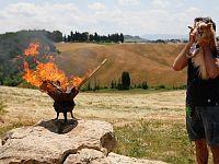 Il tedoforo peloso accende la fiamma olimpica