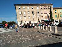 Passeggeri in attesa degli autobus sostitutivi a Pontedera