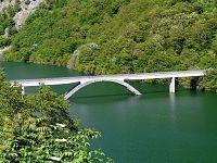 La passerella sul lago di Vagli in Garfagnana