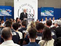 Mattarella durante il suo discorso al palazzetto dello sport a Portoferraio