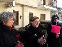 Da sinistra Anna Scalabrini, Francesca Iovine e l'Ufficiale giudiziario a Rio Marina