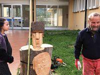L'artista Pino Fabbri con la sua scultura