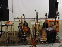 Tutte le chitarre di Ezio sul palco del Soms