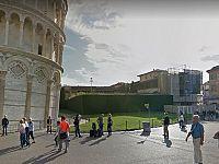 Il palazzo dei Trovatelli di fronte alla Torre di Pisa (sullo sfondo a destra)