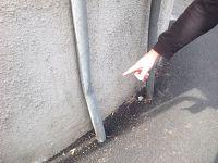 Un palo della segnaletica stradale piegato durante un incidente