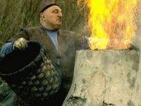 Gino Brambilla riproduce la fusione del ferro (Foto dal sito casalinodelcastagno.altervista.org)