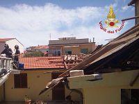L'asilo scoperchiato dal vento ( foto Vigili del Fuoco )