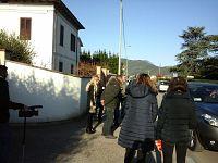 I giornalisti fuori dall'abitazione di Logli dopo la sentenza