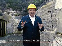 Roberto Giacobbo all'ingresso galleria del Ginevro a Capoliveri