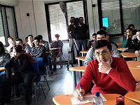 In primo piano il giornalista Daniele Turoni insieme ai ragazzi del Cerboni