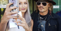 Johnny Depp in Toscana, foto coi fan in aeroporto