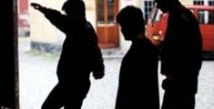 Accerchiata dalla baby-gang, paura in centro