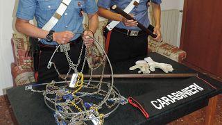 I corpi contundenti, catene e bastoni, sequestrati dai carabinieri durante la rissa