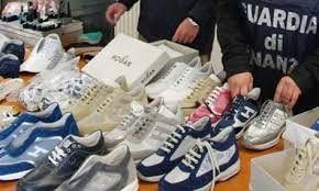 Scarpe Adidas e Saucony contraffatte, maxi sequestro in