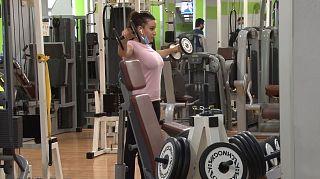 Una ragazza durante un allenamento in palestra