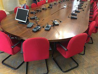 La sala consiliare di Pontedera. Le prime sedie che si vedono sono quelle dove siedono sindaco e assessori