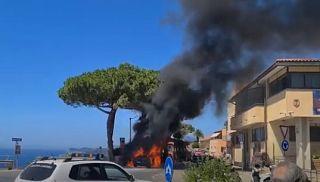 auto in fiamme a capoliveri