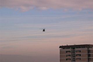 L'elicottero dei vigili del fuoco sorvola l'Arno all'altezza di Pontedera